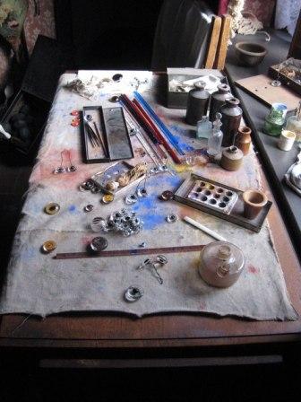 Mesa de trabajo de un artesano fabricante de ojos de cristal. | Wikimedia Commons