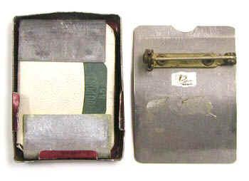 Dosímetros de película del 1950. Los dosímetros se utilizan para verificar el cumplimiento de los límites de dosis establecidos por la protección radiológica. Estiman la dosis acumulada por una persona (personal) o en una ubicación específica (de área) a lo largo de un periodo de tiempo.