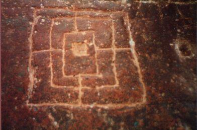 Tablero del Alquerque de nueve grabado en la piedra de un templo cerca de Khejarala, India.