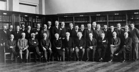 Conferencia Solvay 1930. Blas Cabrera aparece sentado, tercero por la derecha, en tre Niels Bohr y Owen Richardson; detrás de él, de pie, Peter Debye y Wolfgang Pauli.