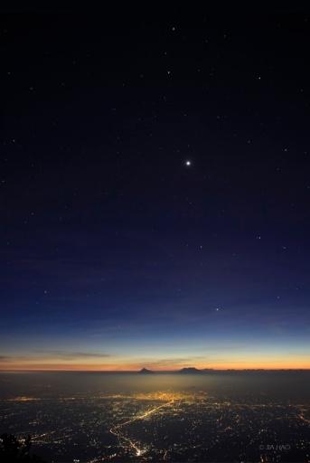 Cinco planetas al atardecer en uno de ellos: Mercurio, Venus, Tierra, Marte y Saturno. Si no los localizas, pincha aquí.